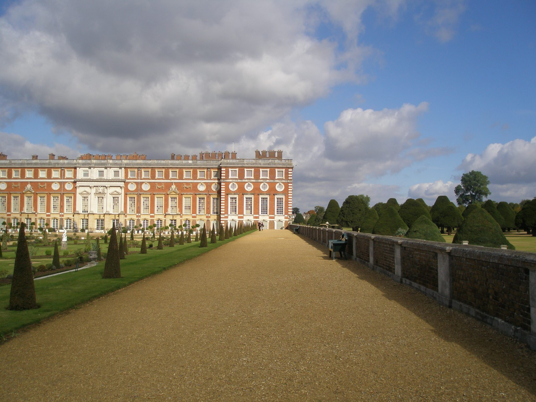The Broad Walk, facing Wren's Fountain Court addition to the Palace
