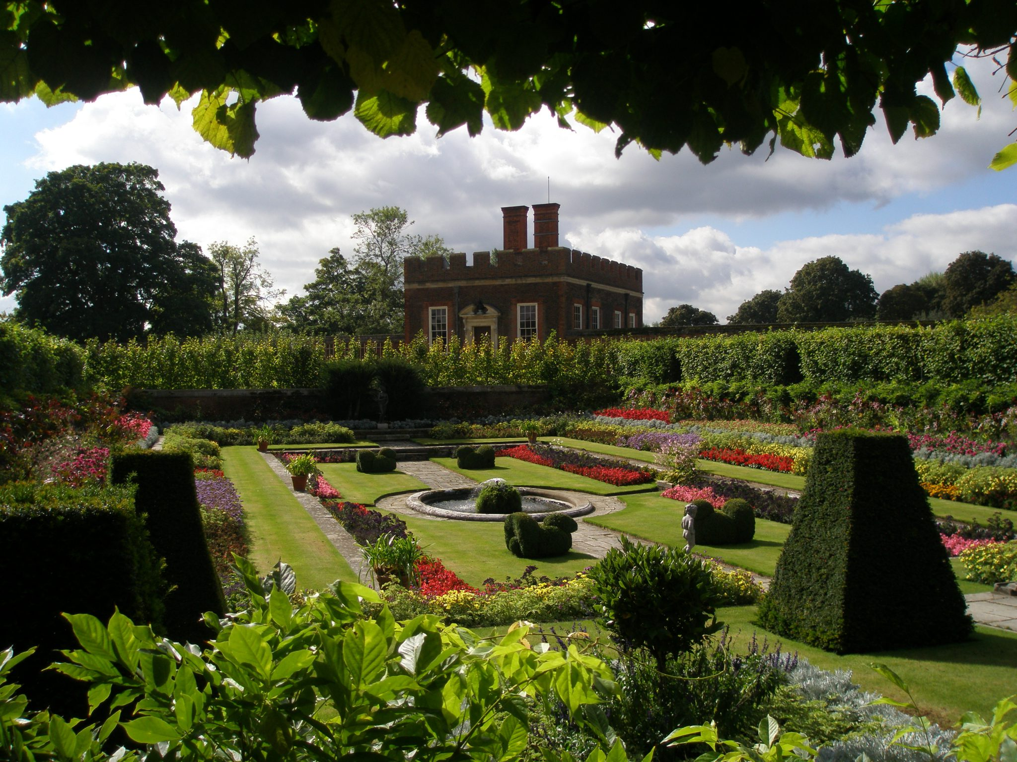 The Pond Garden, with the riverside Banqueting House to the rear.