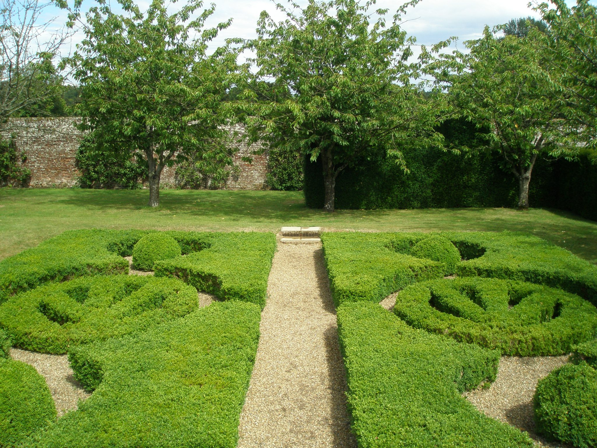 The Sidney Coat of Arms also finds its way into boxwood hedges, throughout the Gardens.