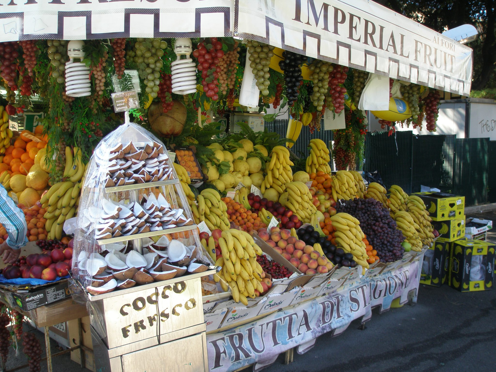 Time for a snack at a fruit stand on Via del Fori Imperiali, which makes it time for a lesson in Fruit-Buying-Etiquette. When choosing fruit in Italy, if you don't know how to tell the proprietor what you want, politely point at the object of your desire. NEVER fondle the merchandise.