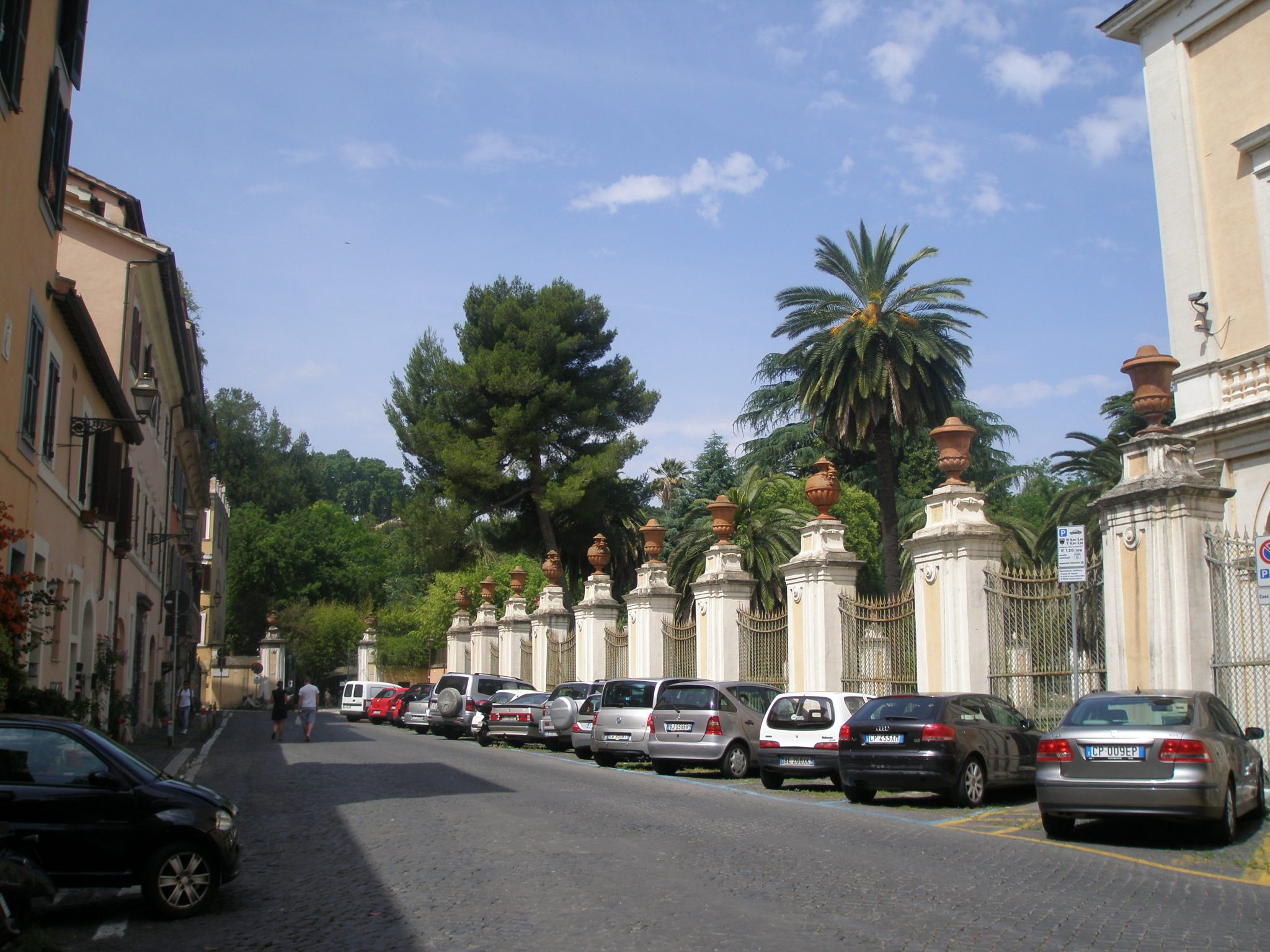 Approaching the Orto Botanico, on Via Corsini