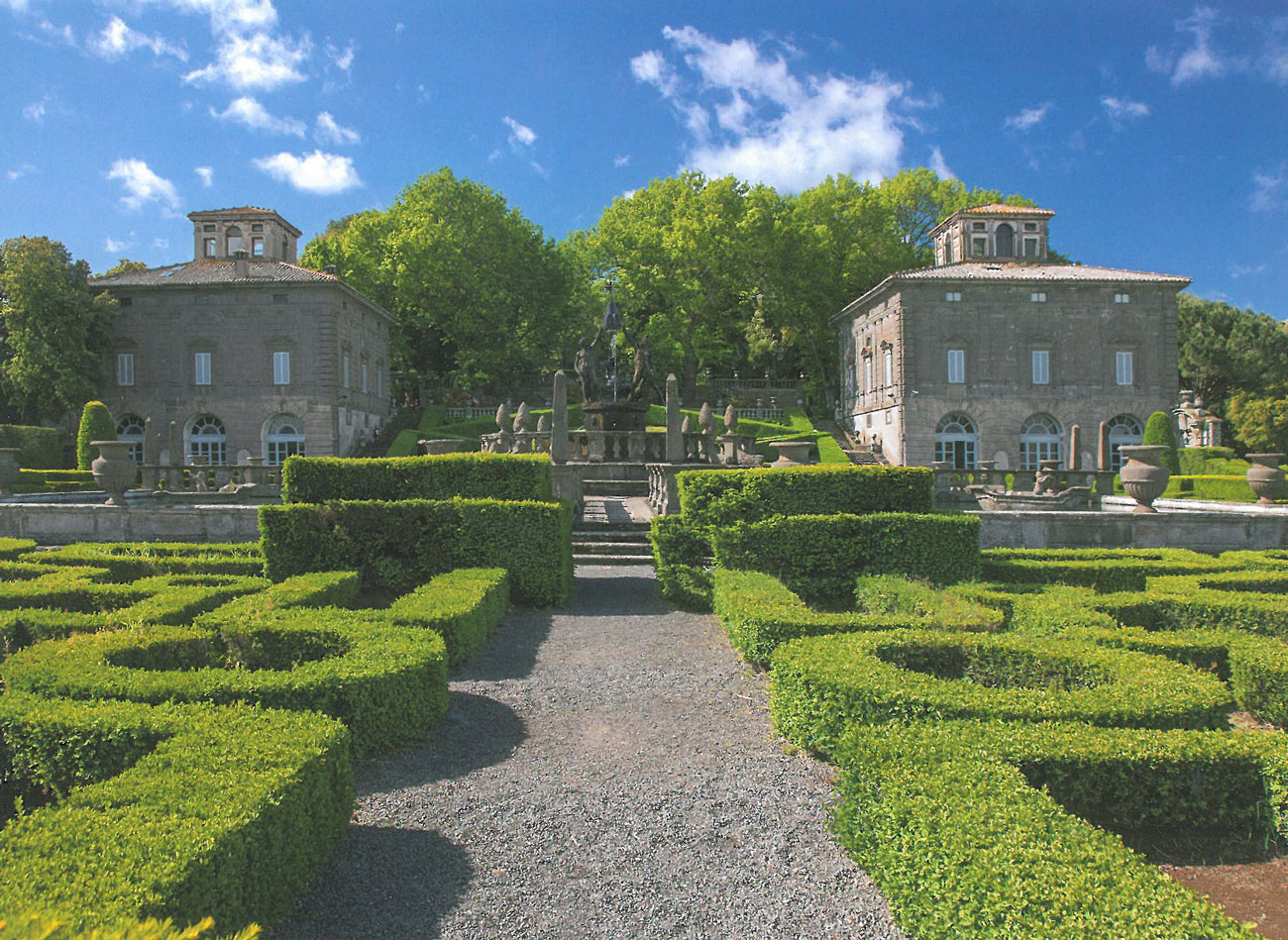 Sunny-day view of the Central Fountain in the Fountain of the Moors Garden, with the Palazzina Montalto, and the Palazzina Gambara in the background. Image courtesy of Il Pegaso Bookshop, in Bagnaia.