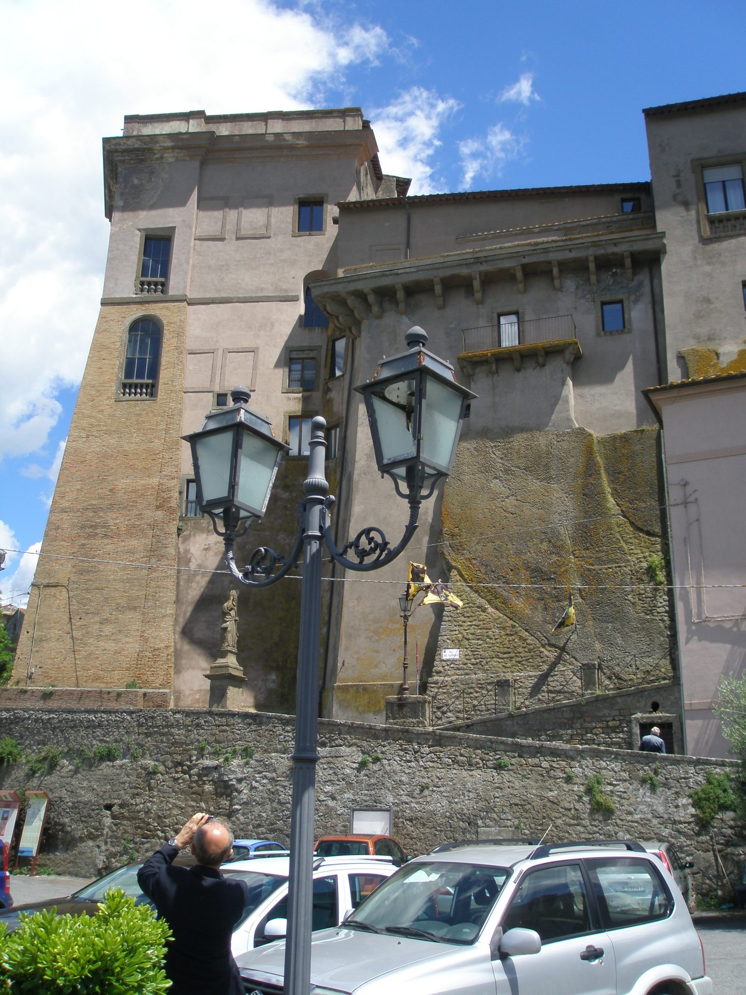 Anacleto photographs the Castle of the Duke of Orsino.