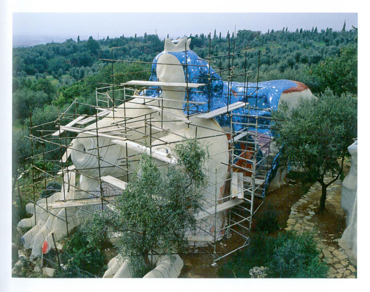 The Empress, in 1986, under construction. Image courtesy of Il Fondazione Giardino Dei Tarocchi.